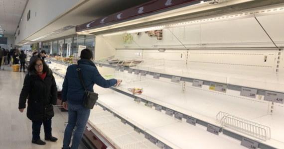 We Włoszech nie zabraknie żywności, nie ma potrzeby robienia zapasów - powtarzają w mediach przedstawiciele lokalnych władz. Na północy z powody koronawirusa notuje się nasilone zjawisko szturmowania sklepów, supermarketów i aptek.