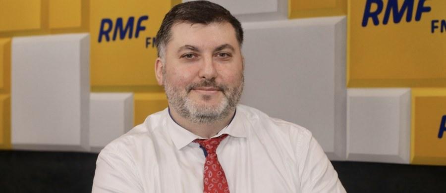 """""""Sprawa jest jeszcze otwarta. Zobaczymy, jak mniejsze banki zareagują na naszą prośbę"""" - stwierdził w Porannej rozmowie w RMF FM poseł koła Konfederacji, Artur Dziambor, pytany o kredyt na kampanię prezydencką Krzysztofa Bosaka. """"My mamy szczęśliwie bardzo dzielnych i oddanych sympatyków. Nawet, jeżeli przez pożyczkę się tego nie da zrobić, to mam nadzieję, że da się to zrobić przez prywatne wpłaty"""" - dodał."""