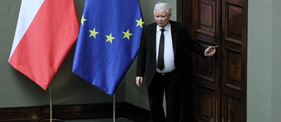 """""""Zjednoczona Prawica ma najmocniejszy od lat mandat wyborczy do sprawowania władzy, będziemy kontynuowali realizację programu wyborczego nawet z opozycyjnym prezydentem"""" – zapewnił w wywiadzie dla """"Gazety Polskiej"""" prezes Prawa i Sprawiedliwości Jarosław Kaczyński. """"Nie ma na pewno mowy o żadnych przyspieszonych wyborach. Mamy stabilną większość w Sejmie i nic tego nie zmieni. Można rządzić przy prezydencie z konkurencyjnej opcji politycznej. Jest to oczywiście trudniejsze, ale zapewniam, że możliwe"""" – dodał."""
