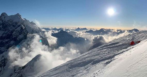 W niedzielę 23 lutego trzyosobowy zespół wyprawy programu Polski Himalaizm Zimowy na Baturę założył trzeci obóz na wysokości 6400 metrów nad poziomem morza. Następnego dnia udało się osiągnąć 6600 metrów.