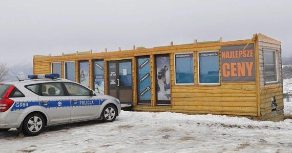 Nawet 170 obiektów budowlanych mogło powstać niezgodnie z przepisami prawa przy wyciągach narciarskich w powiecie tatrzańskim - to wynik kontroli, jaką przeprowadzili inspektorzy nadzoru budowlanego po tragicznym wypadku w Bukowinie Tatrzańskiej. Przeszło dwa tygodnie temu trzy kobiety zginęły przygniecione dachem zerwanym przez wichurę z wypożyczalni nart, która okazała się samowola budowlaną.