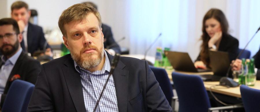 Klub Lewicy przygotował projekt ustawy zakładający wprowadzenie od 2021 roku 7-proc. podatku od przychodów korporacji cyfrowych o skonsolidowanym globalnym przychodzie powyżej 750 mln euro, takich jak Google, Facebook czy Amazon - poinformował Adrian Zandberg. Projekt zostanie w czwartek przedstawiony w Sejmie, a następnie skierowany do konsultacji społecznych.