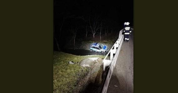 Policyjny radiowóz, którym na interwencję do pobliskiej miejscowości jechali dwaj funkcjonariusze z komisariatu w Zielonkach, spadł z mostu - poinformowała w czwartek policja. Mężczyźni trafili do szpitala; jeden z nich wciąż przechodzi badania.