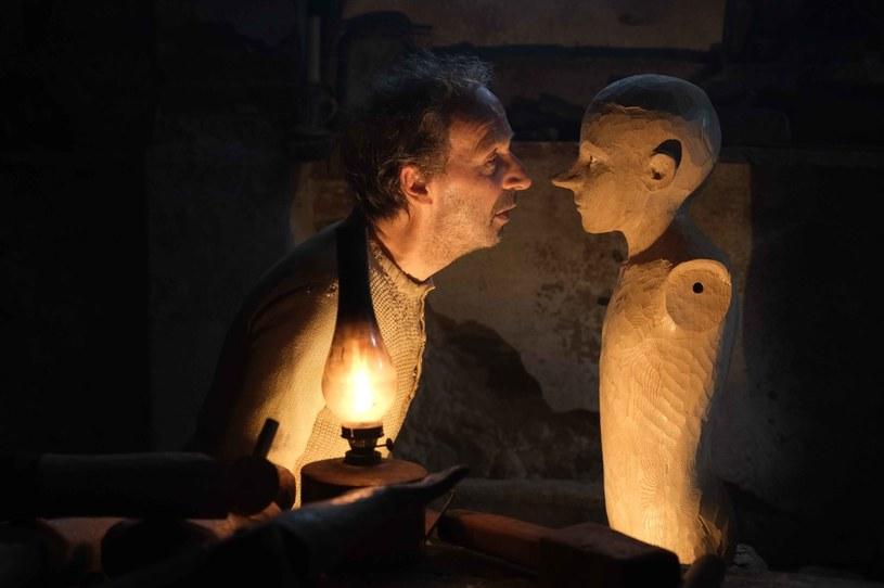 """Ponadczasowa opowieść w wizjonerskiej odsłonie. """"Pinokio"""" w reżyserii Matteo Garrone miał już premierowy pokaz na tegorocznym Berlinale. Najsłynniejszy kłamczuch świata zawita do polskich kin 8 maja."""