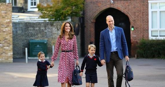 Strach przed koronawirusem padł na Pałac Buckingham. Czworo uczniów szkoły, do której uczęszczają dzieci księcia Williama i księżnej Kate, zostało objętych kwarantanną. Koledzy 6-letniego Jerzego i 4-letniej Charlotte wrócili z wyjazdu na narty w północnych Włoszech.