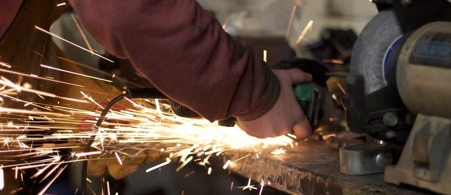 Referendum przedstrajkowe w zakładach Bitron w Sosnowcu. Akcja potrwa cała dobę. W firmie produkującej części dla przemysłu motoryzacyjnego oraz sprzętu AGD pracuje ponad tysiąc osób. Większość załogi stanowią kobiety.