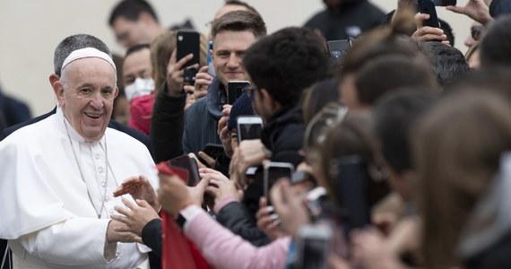 """Watykan poinformował o """"lekkiej niedyspozycji"""" papieża Franciszka. Środowa audiencja generalna odbyła się na placu Świętego Piotra, a nie - jak zwykle zimą - w watykańskiej Auli Pawła VI. Tę zmianę Watykan tłumaczył zastosowaniem się do podejmowanych we Włoszech kroków prewencji w związku z koronawirusem. Tymczasem świat obiegły zdjęcia Franciszka witającego się z wiernymi zgromadzonymi na placu św. Piotra."""