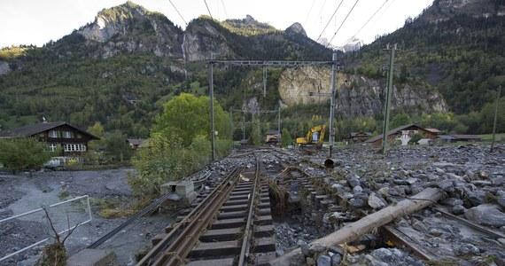 Mieszkańcy niewielkiego Mitholz w Szwajcarii będą musieli opuścić swoje domy na 10 lat. Dekadę ma bowiem zająć władzom usunięcie pochodzących jeszcze z czasów II wojny światowej składów broni i amunicji. Minister obrony uznał, że stanowią zbyt duże ryzyko dla ludzi.