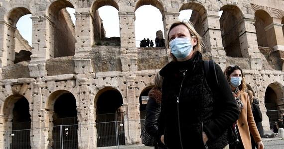Branża turystyczna w Rzymie alarmuje: znalazła się w głębokim kryzysie w wyniku szerzenia się koronawirusa we Włoszech. Właściciele hoteli informują, że w niektórych odwołano nawet 90 procent rezerwacji. Burmistrz Wiecznego Miasta apeluje do rządu o pomoc.