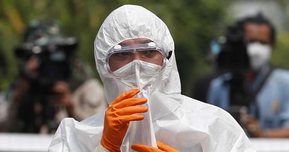 50 krajów potwierdziło do tej pory, że pojawił się u nich nowy koronawirus. Do 27 lutego liczba potwierdzonych przypadków zakażenia wzrosła do ponad 82 tys. Dotychczas koronawirus zabił ponad 2,8 tys. osób, w większości w Chinach. Wyleczyć udało się ponad 33 tysięcy osób. Zobacz na mapie, jak rozprzestrzenia się koronawirus.