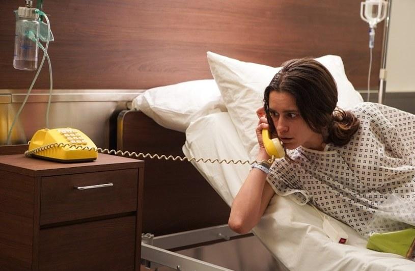 """Nastoletnia Samantha została porwana i uwięziona na piętnaście lat. Kiedy budzi się w szpitalu, niczego nie pamięta. Tak zaczyna się film """"W labiryncie"""", który trafił na ekrany polskich kin 28 lutego 2020 roku."""