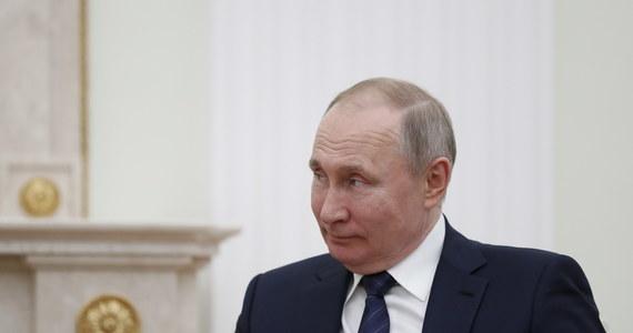 Władimir Putin rozmawiał telefonicznie z prezydentem Turcji o sytuacji w syryjskiej prowincji Idlib. Sytuacja jest tam napięta po tym, jak po ataku syryjskich sił rządowych popieranych przez Rosję zginęło 33 tureckich żołnierzy. Szef rosyjskiej dyplomacji Siergiej Ławrow wezwał do unikania eskalacji konfliktu w Syrii.