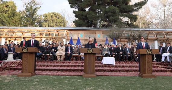 W sobotę, w stolicy Kataru Dausze została podpisana przez sekretarza obrony Stanów Zjednoczonych Marka Espera i przedstawiciela talibów, mułłę Baradara, jednego z najważniejszych dowódców tego ugrupowania, wspólna deklaracja ws. pokojowego uregulowania ciągnącego się od 18 lat konfliktu wojennego.