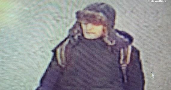 Poszukiwany mężczyzna, który napadł na kobietę w Bielsku-Białej. Do ataku doszło 15 lutego na ulicy Rejtana. Teraz policja publikuje zdjęcia napastnika.