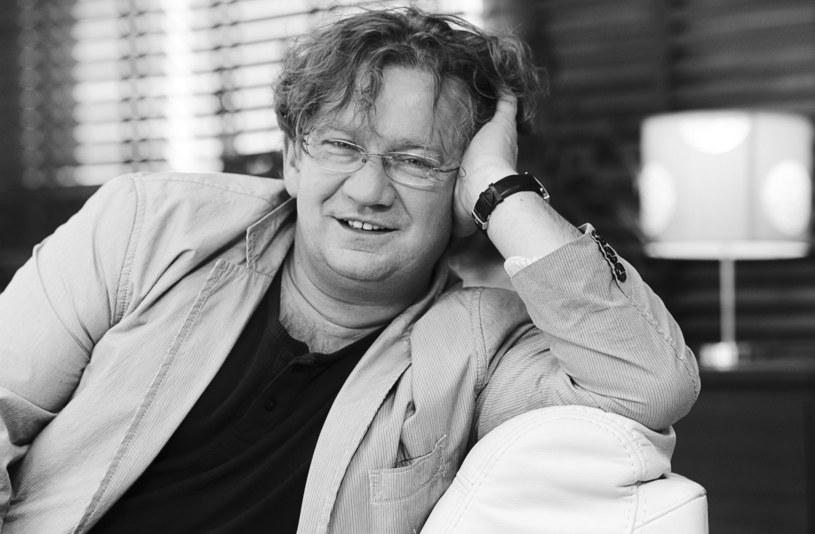 """Antoni Królikowski opublikował 1 kwietnia na swoim instagramowym profilu wyjątkową fotografię sprzed lat, ukazującą go w objęciach Pawła Królikowskiego. """"Tatuś obchodziłby dziś 59. urodziny""""- brzmi podpis pod zdjęciem taty i syna."""