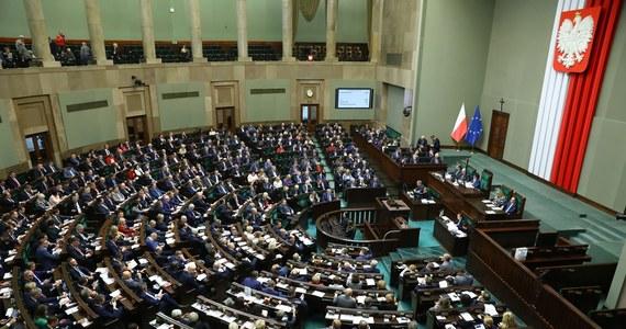 Do Sejmu wpłynął rządowy projekt ustawy o szczególnych rozwiązaniach związanych z zapobieganiem, przeciwdziałaniem i zwalczaniem COVID-19, innych chorób zakaźnych oraz wywołanych nimi sytuacji kryzysowych - czytamy na stronach Sejmu.