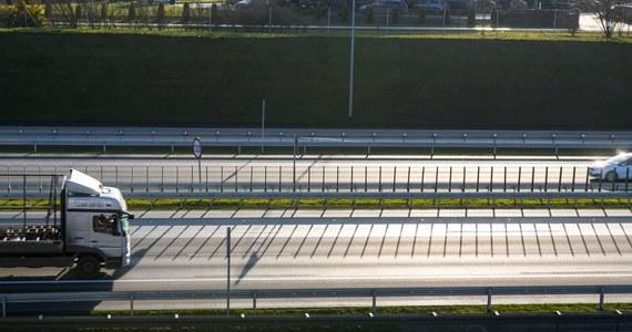 66 zł kosztuje od poniedziałku przejazd samochodem osobowym płatnymi odcinkami autostrady A2 Nowy Tomyśl – Konin. Zmieniły się stawki za przejazd 150-kilometrowym odcinkiem trasy dla wszystkich kategorii pojazdów.