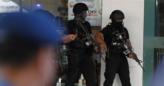 W galerii handlowej z ekskluzywnymi butikami w Manili na Filipinach były ochroniarz postrzelił jedną osobę, a później wziął 30 zakładników. Po kilku godzinach mężczyzna uwolnił wszystkich i oddał się w ręce policji.