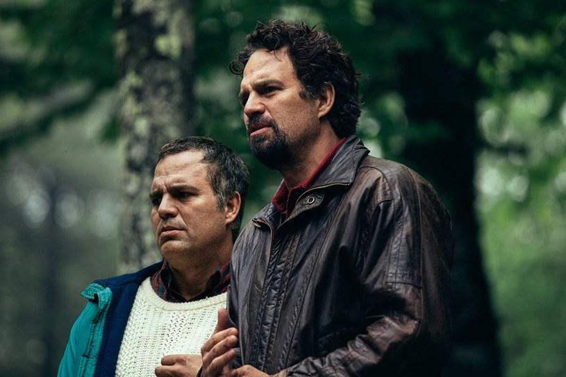 """Mark Ruffalo, któremu sławę przyniosła rola Hulka w opartych na komiksach filmach Marvela, zagra podwójną rolę w nowym serialu HBO """"I Know This Much Is True"""". Właśnie pojawił się zwiastun tej produkcji reżyserowanej przez Dereka Cianfrance'a."""