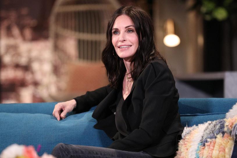 """Courteney Cox, aktorka znana z serialu """"Przyjaciele"""", ma teraz w swoim domu dwie znamienite lokatorki - Ellen DeGeneres i jej żonę Portię de Rossi. Zamieszkały u niej tymczasowo, po tym, jak w kwietniu sprzedały swoją posiadłość w Beverly Hills."""