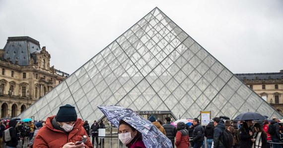 Paryskie muzeum Luwr jest w poniedziałek zamknięte z powodu zagrożenia rozprzestrzeniania się koronawirusa. Decyzja zapadła na wniosek pracowników obawiających się o swoje zdrowie. Trwa spotkanie dyrekcji z przedstawicielami załogi - poinformował rzecznik muzeum.