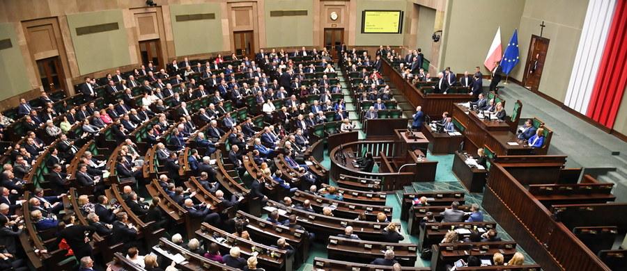 Sejm uchwalił ustawę dotyczącą szczególnych rozwiązań związanych z rozprzestrzenianiem się nowego koronawirusa. Za głosowało 400 posłów, 11 było przeciw, 7 wstrzymało się od głosu.