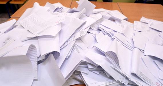 """Pięciu kandydatów na urząd prezydenta, miało na swoich listach poparcia, podpisy osób, które zmarły. PKW zawiadomiła prokuraturę – informuje wtorkowa """"Rzeczpospolita"""". Według gazety, na pięciu z dziewiętnastu list poparcia, złożonych w Państwowej Komisji Wyborczej przez komitety, """"podpisały się osoby zmarłe""""."""