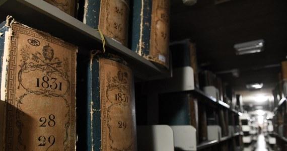 Historycy zaczęli przeczesywać watykańskie archiwa w poszukiwaniu prawdy na temat kontrowersyjnego papieża. Mają nadzieję odkryć, dlaczego Pius XII milczał w czasie II wojny światowej na temat eksterminacji Żydów i czy wiedział o pomocy, jaką przedstawiciele Kościoła katolickiego udzielali hitlerowskim zbrodniarzom w ich ucieczce do Ameryki Południowej. Po decyzji papieża Franciszka o otwarciu tajnych do tej pory archiwów podanie o wgląd do akt złożyło ponad 200 badaczy z całego świata.