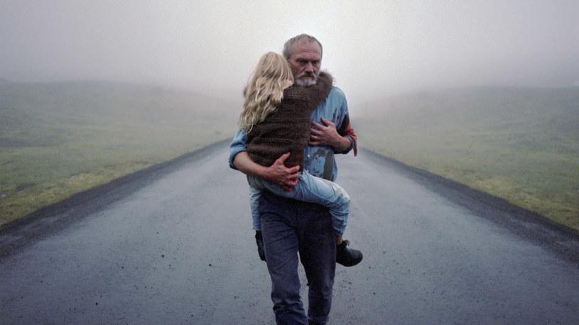 """Z okazji zbliżającej się premiery filmu Hlynura Pálmasona """"Biały, biały dzień"""", krakowskie Kino Pod Baranami zorganizowało przegląd pod hasłem """"Przystanek Islandia"""". Począwszy od poniedziałku, 2 marca, widzowie będą mogli obejrzeć pięć tytułów z dalekiej Północy, oddających zaskakujące bogactwo islandzkiej kinematografii."""