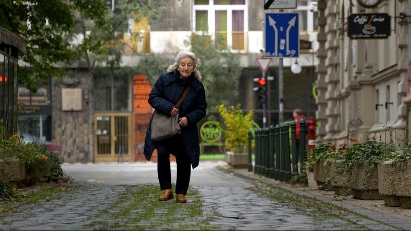 Opowieści ze świata to stała sekcja pozakonkursowa Krakowskiego Festiwalu Filmowego, która przenosi widzów do najdalszych zakątków globu. W tym roku bohaterkami filmów dokumentalnych będą kobiety: matki, córki, żony i ich zmagania z często zagmatwanym losem. W historiach przebija się kobieca siła, a także niezastąpione solidarne wsparcie w walce z trudami świata.