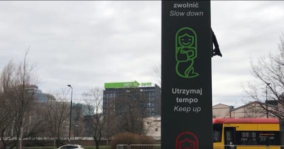 W Warszawie stanęły totemy dla rowerzystów. Urządzenia informują z jaką prędkością powinni jechać, aby trafić na zielone światło na najbliższym skrzyżowaniu.