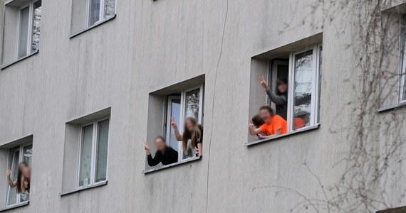 Sanepid podjął decyzję o wprowadzeniu kwarantanny w dwóch internatach w Policach pod Szczecinem. Zamknięto także obiekty szkolne. Wieczorem na oddział zakaźny szpitala w Szczecinie trafiły dwie nastolatki z wysoką gorączką, katarem i objawami rozbicia. Ze względu na podejrzenie, że to koronawirus około 200 osób - uczniów i wychowawców - ma zakaz opuszczania budynków internatu.