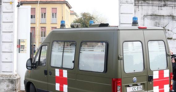 71-letni zakażony koronawirusem mężczyzna uciekł z izolatki w szpitalu w Como na północy Włoch. Wrócił taksówką do domu w rejonie miasta Bergamo - podały media z Lombardii. Uciekinierowi postawiono zarzuty.