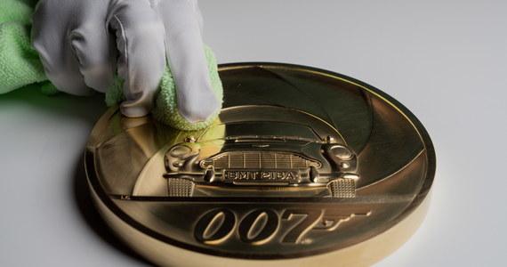 """Brytyjska mennica przygotowała niezwykłą monetę. Waży aż 7 kilogramów i upamiętnia filmy o Jamesie Bondzie. W przyszłym miesiącu na ekrany brytyjskich kin wejdzie """"Nie czas umierać"""" -  25. z kolei film o przygodach agenta Jej Królewskiej Mości."""