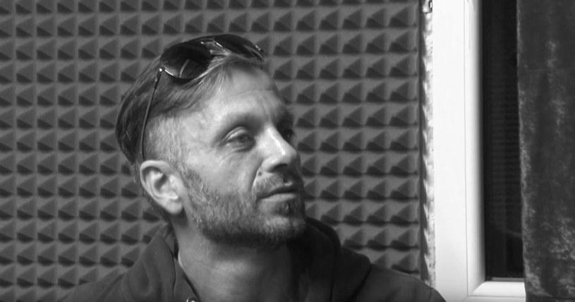"""Michał """"Majki"""" Dworecki, muzyk znany przede wszystkim dzięki działalności na częstochowskiej scenie muzycznej, zmarł 29 lutego w wieku 46 lat. Jego zespół poinformował również o dacie pogrzebu artysty."""