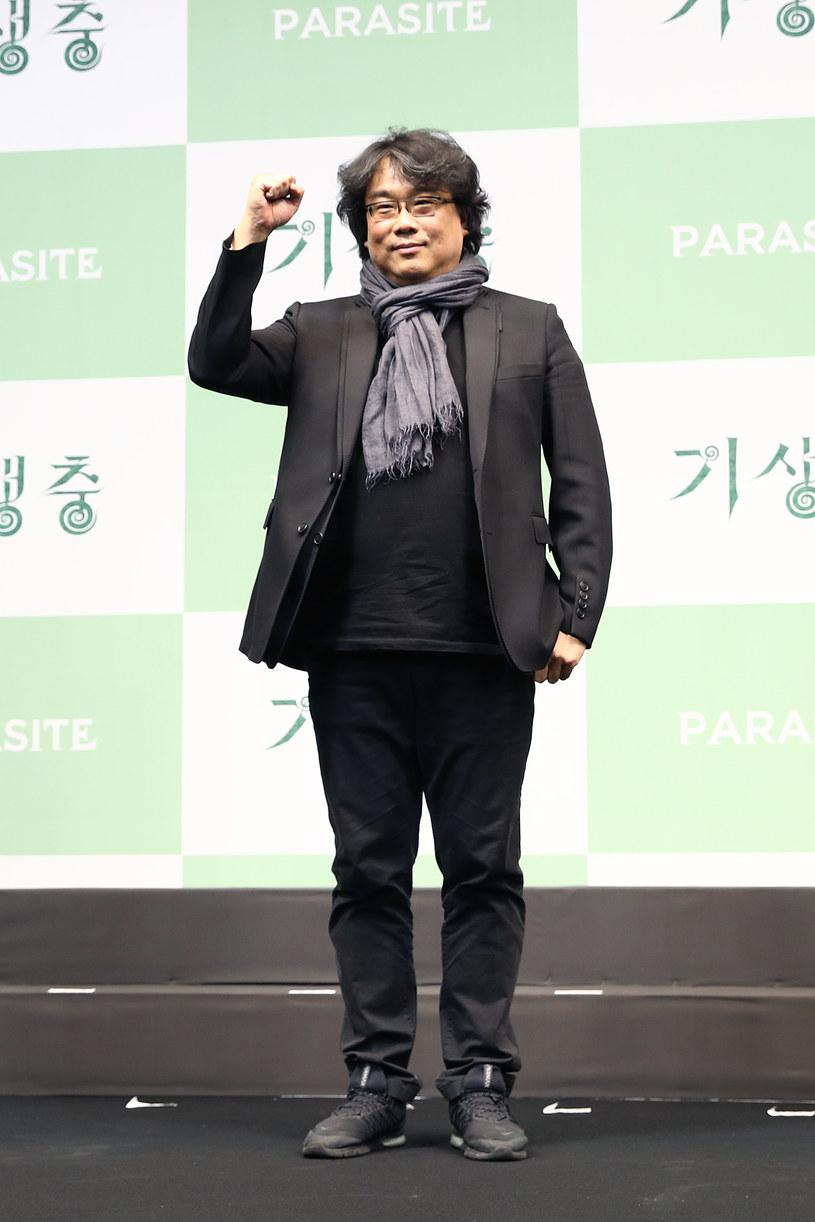 """Seria triumfów filmu """"Parasite"""", która rozpoczęła się od zdobycia Złotej Palmy w Cannes w maju ubiegłego roku, a zakończyła Oscarem dla najlepszego filmu w lutym, będzie miała zaskakujące konsekwencje. Władze Korei, poruszone tym, że film pokazał całemu światu, w jakich warunkach żyją biedni mieszkańcy Seulu, postanowił im pomóc. W tym celu powstał specjalny program, którego celem jest renowacja 1500 mieszkań tzw. banjiha."""
