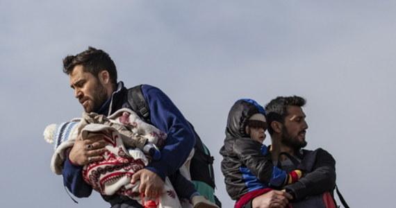 Komisja Europejska zadeklarowała pomoc dla Grecji, która zmaga się ze szturmem imigrantów na swoje granice z terenu Turcji. Ankara postanowiła ich nie zatrzymywać, skarżąc się na zbyt małą pomoc ze strony Unii, a także wykorzystując uchodźców jako narzędzie nacisku na Europę w sprawie sytuacji w Syrii.