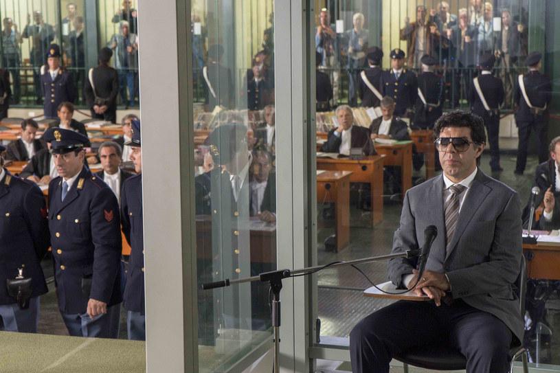 """Już 13 marca do polskich kin trafi film """"Zdrajca"""" w reżyserii wybitnego włoskiego twórcy Marco Bellocchio. Epicki, niejednoznaczny, trzymający w napięciu, """"Zdrajca"""" to film o mafii, jakiego jeszcze nie było. Prezentowany w Konkursie Głównym Festiwalu Filmowego w Cannes 2019, został przyjęty kilkunastominutową owacją na stojąco."""