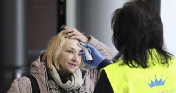 W Czerniowcach, na południowym zachodzie Ukrainy, przed budynkiem, w którym przebywał zakażony koronawirusem mężczyzna, protestowało kilkadziesiąt osób, domagając się wywiezienia z bloku jego żony. Dla jej bezpieczeństwa kobietę zabrało z domu pogotowie - poinformowały władze.