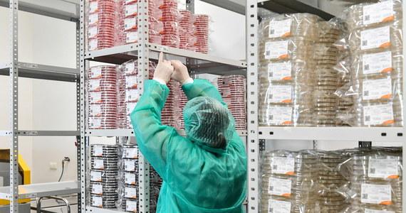 Bez przystąpienia do unijnego mechanizmu wspólnych przetargów, Polska może mieć problem z pozyskaniem przyszłej szczepionki na koronawirusa – ustaliła korespondentka RMF FM w Brukseli. Minister zdrowia Łukasz Szumowski deklaruje, że Polska dołączy do tego mechanizmu. Na razie jednak pierwszy wspólny przetarg związany z koronawirusem na maseczki czy rękawice odbywa się bez naszego kraju.