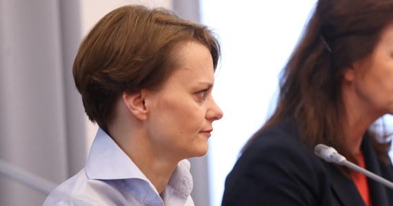 Negatywny wpływ koronawirusa na polską gospodarkę szacujemy wstępnie na około 0,2-0,3 PKB - wskazała minister rozwoju Jadwiga Emilewicz. Monitorujemy sytuację, staramy się elastycznie reagować - podkreśliła.