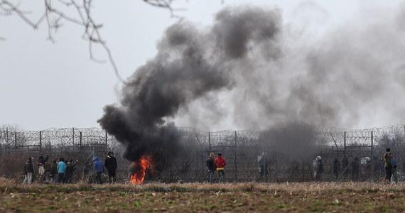 Greckie siły bezpieczeństwa użyły w środę gazu łzawiącego i granatów hukowych wobec migrantów próbujących przekroczyć granicę turecko-grecką koło miejscowości Kastanies - podaje AP. Władze Turcji mówią o jednym zabitym, strona grecka dementuje te doniesienia.