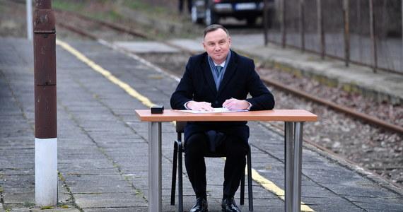 Kampania prezydencka w pełni. Prezydent Andrzej Duda podczas spotkania w Końskich w województwie świętokrzyskim podpisał nowelizację ustawy o transporcie kolejowym. Zrobił to na … peronie dworca.