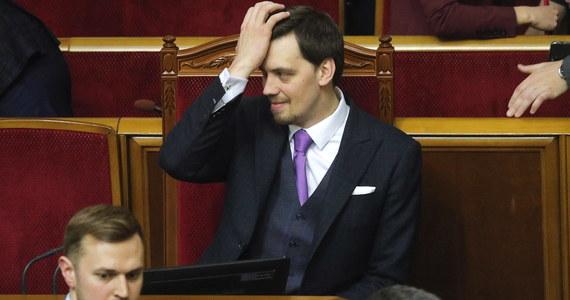 Parlament Ukrainy przyjął w środę na nadzwyczajnym posiedzeniu dymisję premiera Ołeksija Honczaruka. Za odejściem szefa rządu, co oznacza dymisję całego gabinetu, opowiedziało się 353 deputowanych. Jego następcą został Denys Szmyhal.