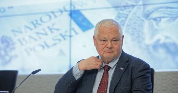 Panika związana z epidemią koronawirusa niesie ryzyko osłabienia koniunktury - mówił na konferencji po posiedzeniu Rady Polityki Pieniężnej prezes Narodowego Banku Polskiego Adam Glapiński. Jego zdaniem stabilizacja stóp procentowych jest właściwą strategią.