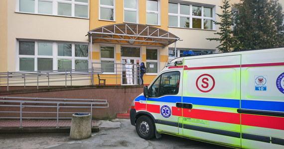 Wszystkie osoby, które podróżowały autobusem razem z pacjentem, u którego potwierdzono zarażenie koronawirusem, zostały poddane procedurze Głównego Inspektora Sanitarnego - poinformował wiceminister zdrowia, Janusz Cieszyński. Chodzi o to by, zapobiec powstaniu dodatkowych ognisk wirusa.