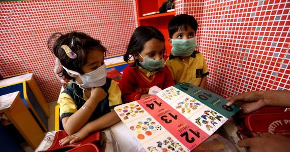 Blisko 300 milionów uczniów na świecie nie chodzi do szkoły z powodu koronawirusa. Szkoły zamknięto w 22 krajach. We Włoszech wszystkie szkoły i uniwersytety będą zamknięte do 15 marca.