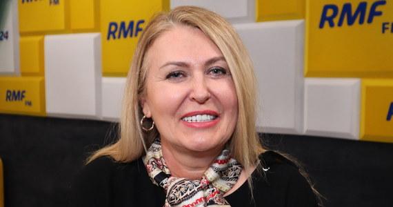 """""""Nie boimy się koronawirusa w sztabie"""" - deklarowała w Popołudniowej rozmowie w RMF FM Elżbieta Łukacijewska. Europosłanka PO, członkini sztabu Małgorzaty Kidawy-Błońskiej, zapewniła, że gdyby w związku z koronawirusem został wprowadzony zakaz dużych zgromadzeń, to kandydatka na prezydenta będzie chodzić """"od człowieka do człowieka"""", a w kampanii odwiedzi setki miejscowości. Dopytywana, czy Kidawa-Błońska pójdzie w ślady europosłanki i podczas kampanii będzie tańczyć na dyskotekach dla seniorów, Łukacijewska odpowiedziała, że życzyłaby sobie tego."""