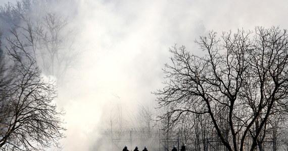 Greckie służby graniczne użyły w piątek rano na granicy z Turcją gazu łzawiącego i armatek wodnych wobec migrantów, którzy kolejny dzień z rzędu próbowali przedostać się do Grecji z tureckiego terytorium. Wobec greckich służb również użyto gazu łzawiącego z terytorium Turcji.