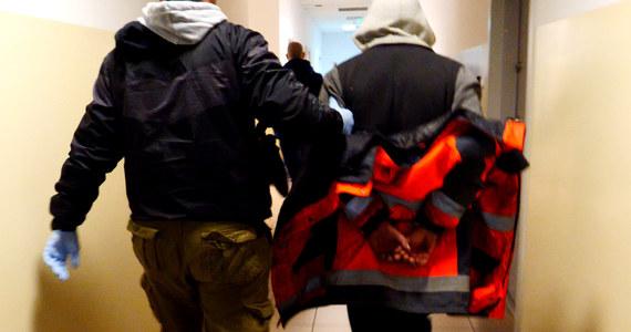 Brutalny atak w Warmińsko-Mazurskiem. 28-latek wtargnął do jednego z domów i zaatakował młotkiem oraz nożem dwie kobiety.